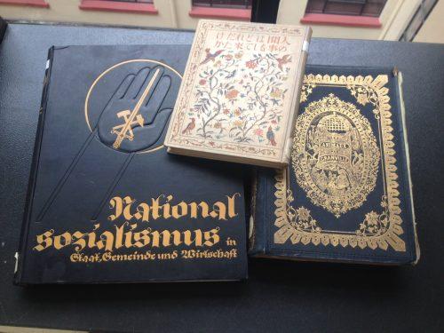 Dans les collections de la bibliothèque : des livres offerts pour l'inauguration par l'Allemagne, le Japon et la France.